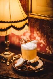 """""""My 20th Tai"""", unsere Interpretation eines Mai Tai verbindet die zwei würzig-fruchtigen Rums Plantation Barbados 20th und Appleton Estate 12 mit Mandel, Limette und einem karibischen Espuma on top."""
